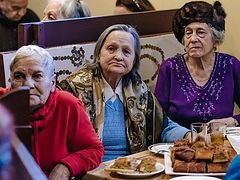 """O Lord, give me ten kilos of chicken!"" Alexandra Sinyak Talks About Feeding St. Petersburg's Elderly Poor"