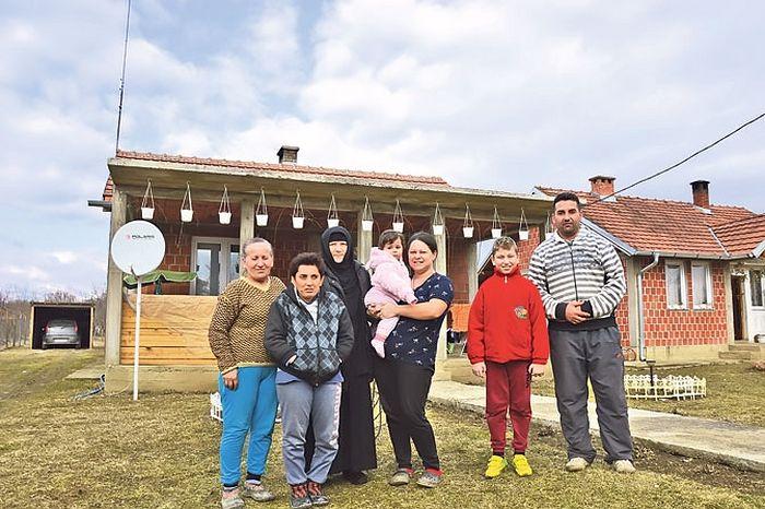 Породица Дашић са монахињом Ирином (Фото Ж. Ракочевић)