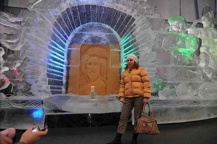 Песчаная копия иконы прп. Андрея Рублева «Спас» на выставке песчаных и ледяных скульптур – не предмет для почитания, а фон для фотографий на память