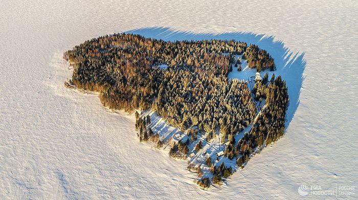 """Мушки манастир """"Свето-Илинска Водлозерска Пустиња"""" на острву Мали Колгостров на језеру Волдозеро у Карелији."""