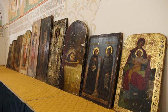 Святейшему Патриарху Кириллу переданы десять дореволюционных икон, хранившихся в фондах «Мосфильма»