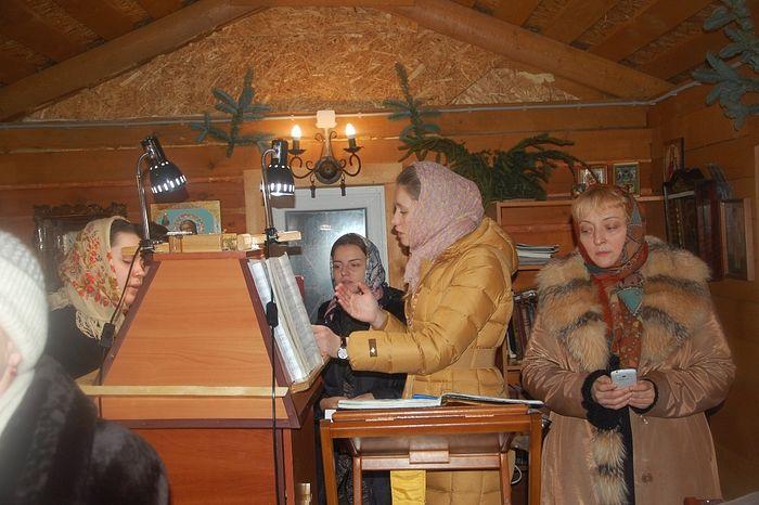На клиросе храма Сретения Господня в Бирюлёво. Мария Пухова - крайняя справа. Фото из архива храма Сретения Господня в Бирюлёво