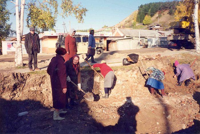 Прихожане православной общины (тогда в основном бабушки) на раскопках фундамента Покровского храма