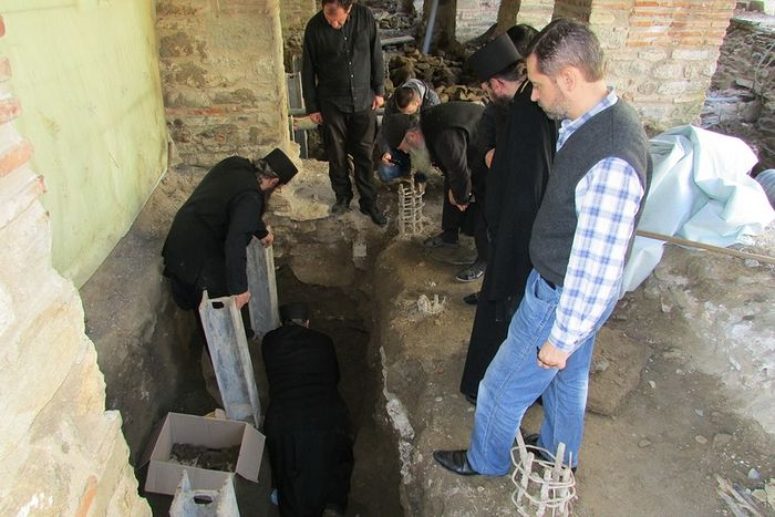 Сергей Шумило на раскопках останков афонских монахов у стен Протата, убитых каталонскими пиратами. Фото 2015 г.