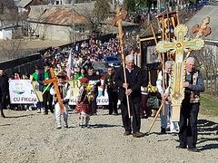 1,000 faithful process in honor of Cross and for life in Romanian village