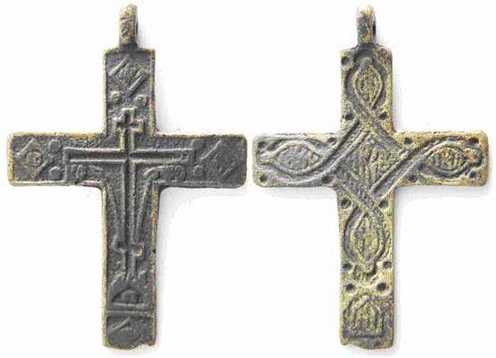 Нательный крест с «книжным» орнаментом на обороте. XVII век