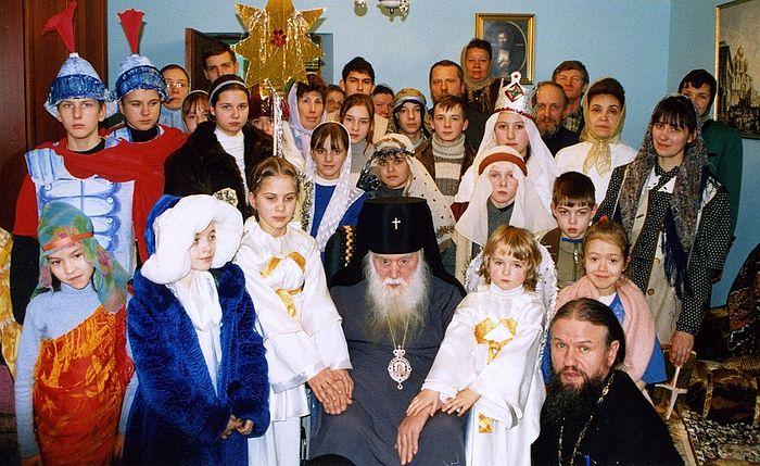 Владыка Михей в окружении детей воскресной школы. Рождество, 2004 г.
