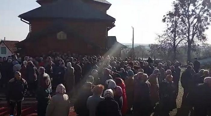 На Ровенщине сторонники «ПЦУ» взяли штурмом храм прямо во время службы