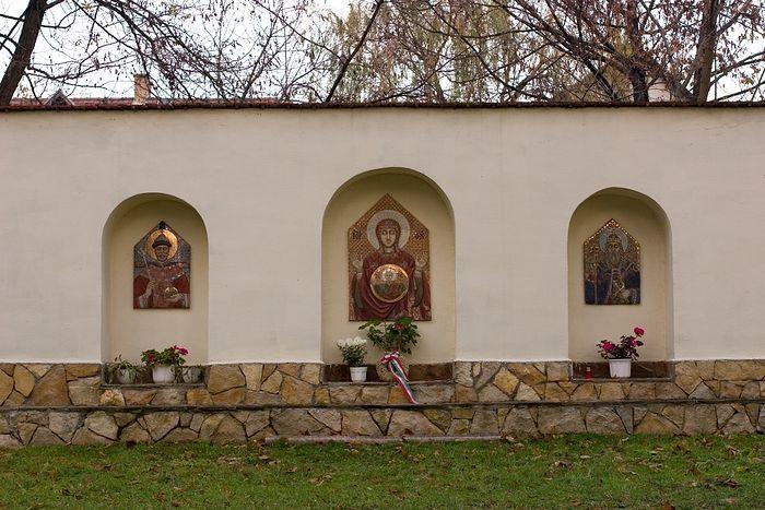 Мемориальная стена с керамическими иконами у Иремского храма. 2003