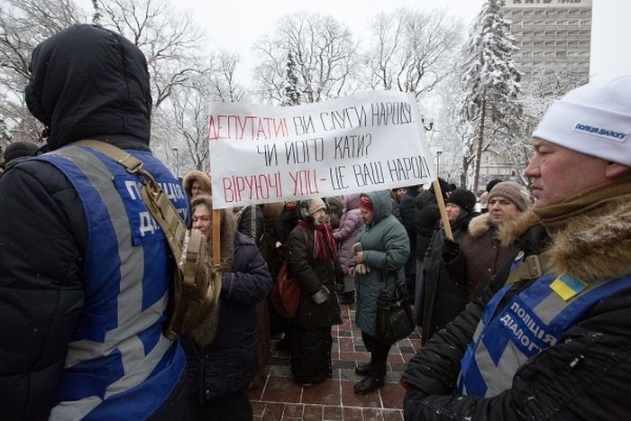 Верующие, протестующие против лишения канонической УПЦ ее названия. Фото: Стрингер / РИА Новости