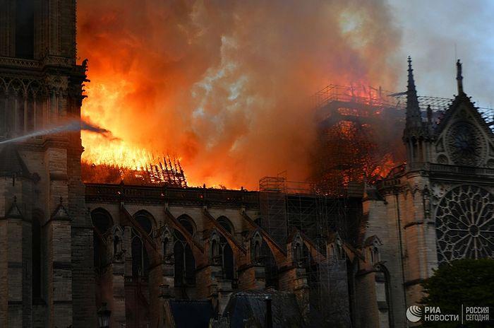 Часть святынь Нотр-Дама удалось спасти, в их числе Терновый венец Христа