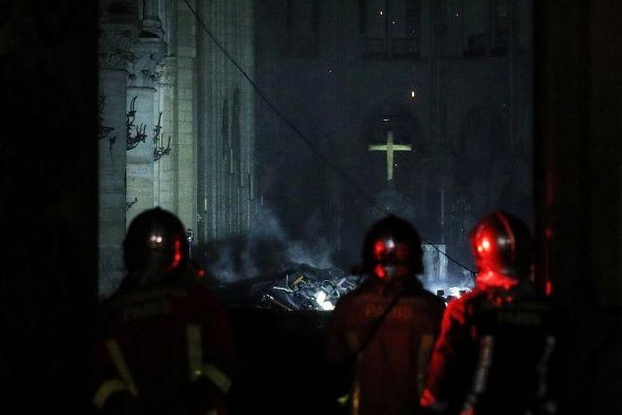 Пожарные входят в собор после того, как распространение огня удалось остановить. Фото: EPA/YOAN VALAT/ТАСС