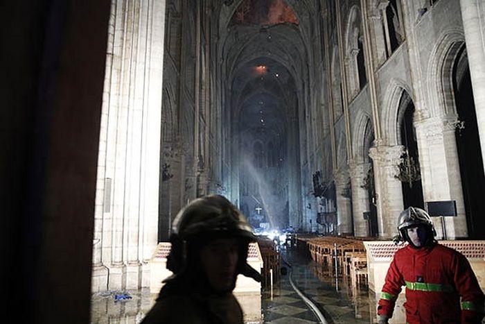 Франция. Париж. Во время ликвидации пожара в соборе Парижской Богоматери. Фото: EPA/YOAN VALAT/ТАСС