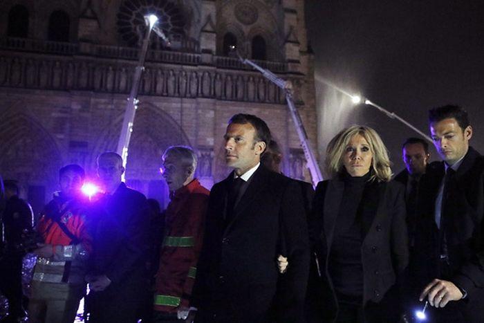 Президент Франции Эмманюэль Макрон (в центре) с супругой Бриджит у горящего собора Парижской Богоматери во время пожара. Фото: EPA/YOAN VALAT/ТАСС