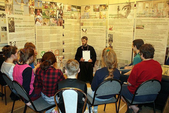 Отец Максим Стыров беседует с воспитанниками детского дома