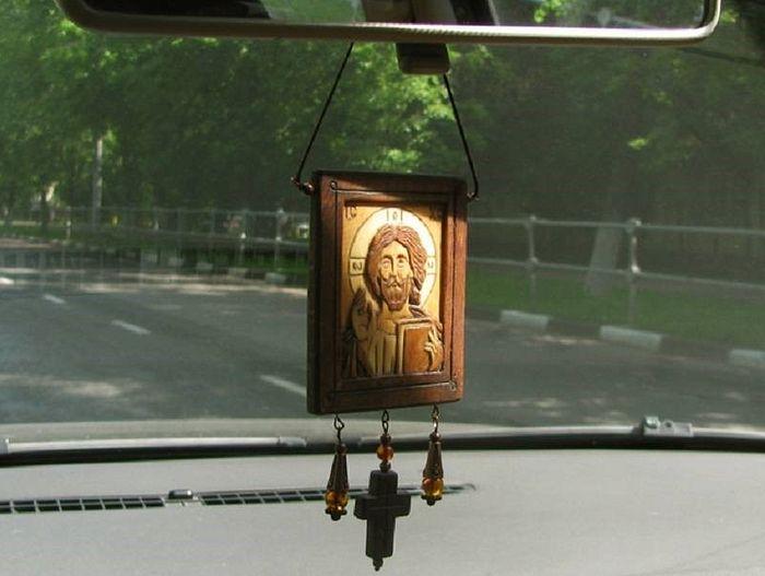 Икона-подвеска на автомобильном зеркале заднего вида
