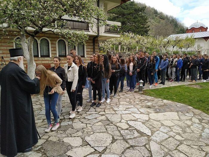 Патриарх благословляет сербскую молодежь в Печской патриархии