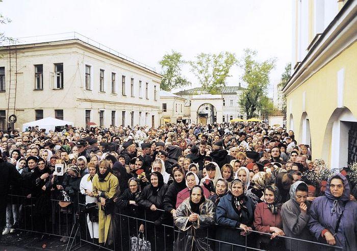 Паломники в день канонизации блаженной Матроны. 2 мая 1999г.