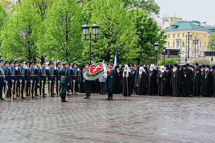 В канун Дня Победы Патриарх Кирилл возложил венок к могиле Неизвестного солдата у Кремлевской стены
