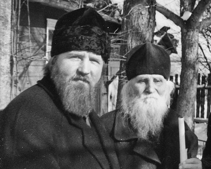 Отец Михаил Женочин и старец Николай Гурьянов. У домика батюшки Николая