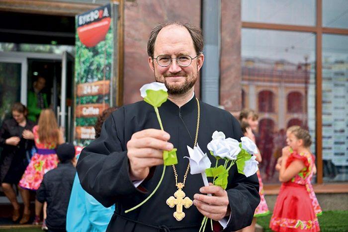 Благотворительная акция «Белый цветок», зародившаяся по инициативе отца Александра Ткаченко. Все собранные средства от продажи бумажных цветов, сделанных руками детей, идут на содержание хосписа