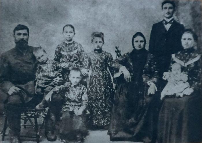Семья Баклановых в 1906 г. Слева направо - прадедушка Нины Симеон, его дети, прабабушка Нины Евдокия. Справа - дедушка Нины Алексей и бабушка Анна с папой Нины Яковом на коленях