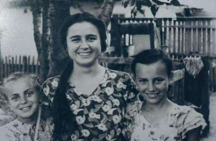 Нина (в центре) с младшими сестрами