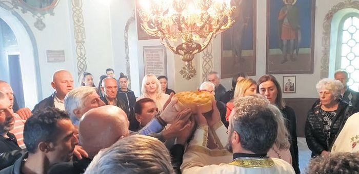 У Цркви Светог Николе пресечен је славски колач (Фото Живојин Ракочевић)