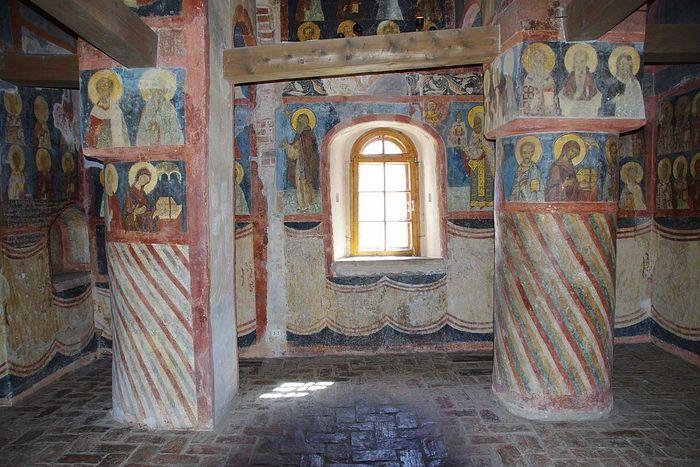 Интерьер православного храма. Под священными изображениями на стенах хорошо видны «полотенца»