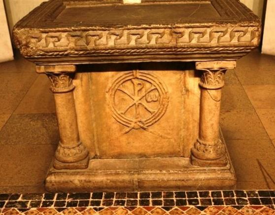 Древний каменный престол в интерьере музея