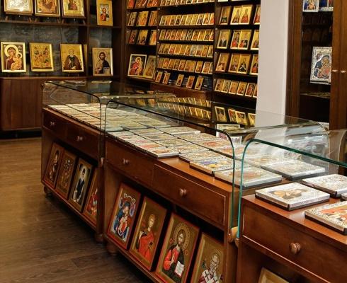 В этом магазине крупные аналойные иконы расположены ниже колен покупателей (Россия)
