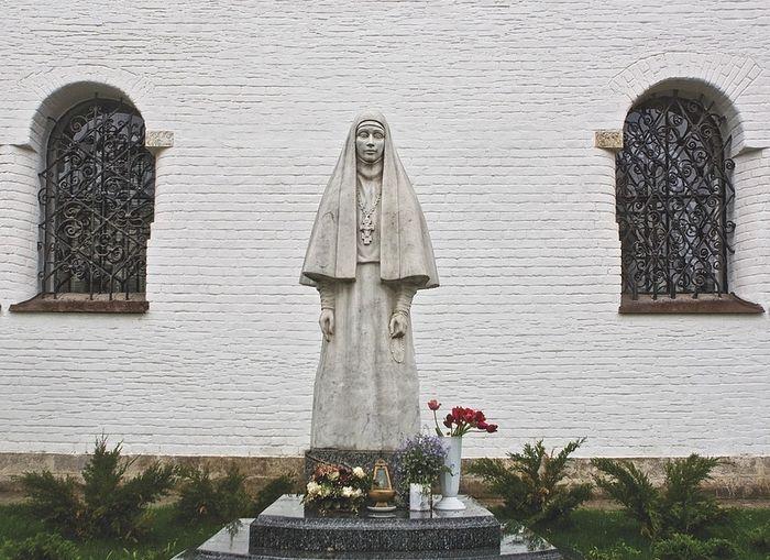 Памятник Елизавете Фёдоровне Романовой в Марфо-Мариинской обители
