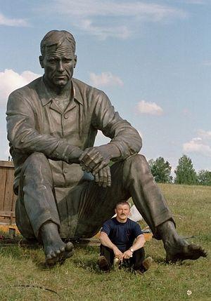 Памятник Василию Шукшину. Рядом с ним - В.М. Клыков