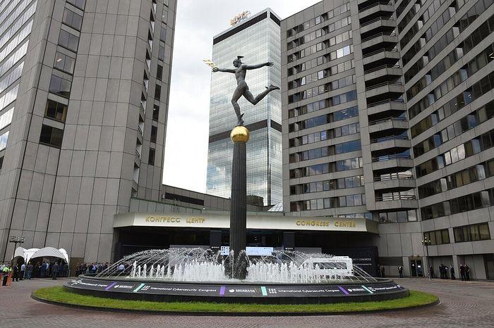 Статуя Меркурия (Гермеса) у здания Центра Международной торговли