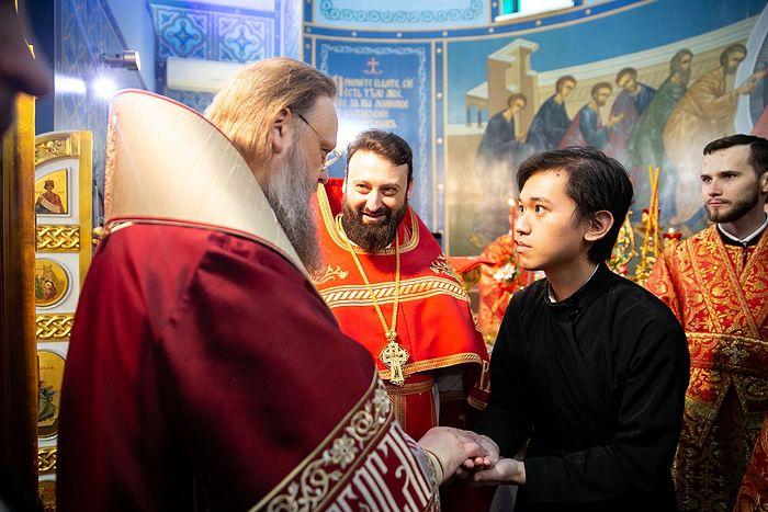 Алтарника Сергия благословляет митрополит Ростовский и Новочеркасский Меркурий
