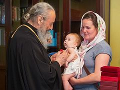 Metropolitan Onuphry honors matushkas with large families
