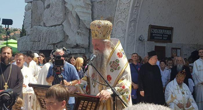 Bp. Joanikije addresses the crowd of worshipers. Photo: sputniknews.com