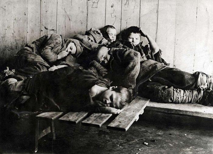 Группа беспризорников. 1920-е.