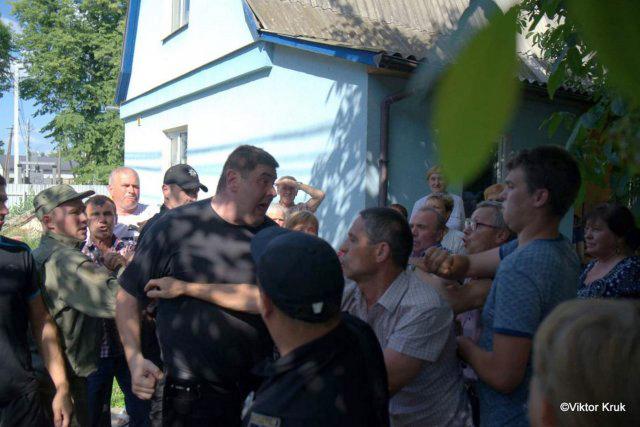 Представители «ПЦУ» захватили церковный дом Успенского прихода села Погребы Броварского района Киевской области.