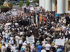 Тысячи верующих из трех епархий Украинской Православной Церкви провели молитвенное стояние у здания Винницкой областной госадминистрации