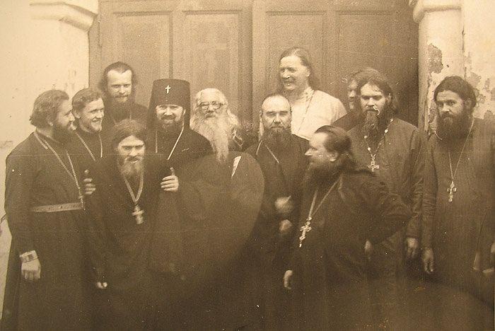 Владыка Платон и старец Павел (Груздев) с духовенством. Второй слева – отец Анатолий Денисов