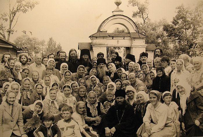 Отец Павел (Груздев) с народом и батюшками. Среди них – игумен Евстафий (Евдокимов)