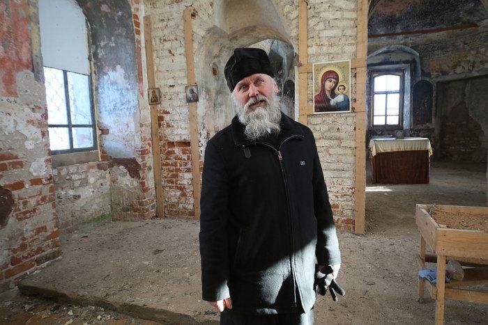 Протоиерей Анатолий Денисов в восстанавливаемом храме