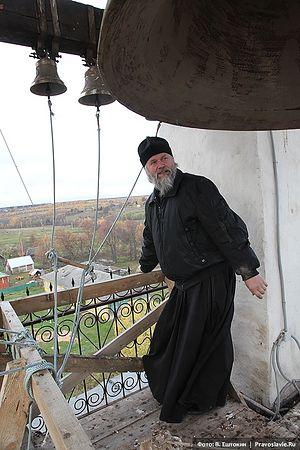 Протоиерей Анатолий Денисов на колокольне