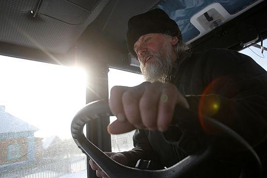 Протоиерей Анатолий Денисов на тракторе