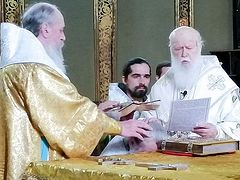 Schismatics at war: Philaret consecrates 2 bishops, Epiphany suspends them; OCU seizes church from KP