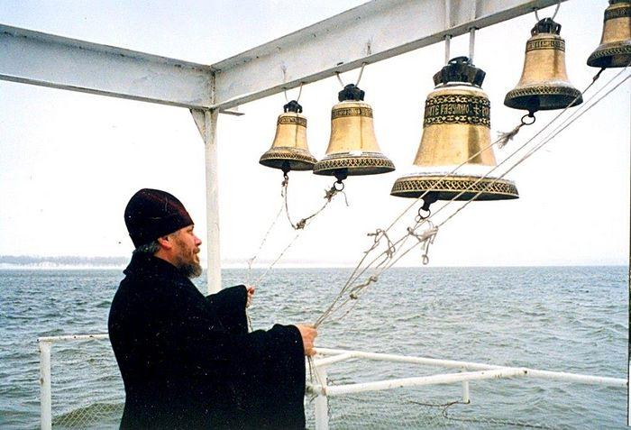 Отец Николай Агафонов на плавучем корабле созывает на службу народ