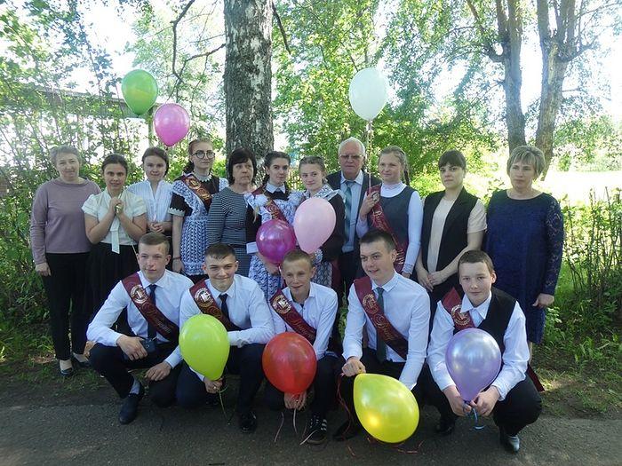 Сестры Рогозянские с выпускниками школы
