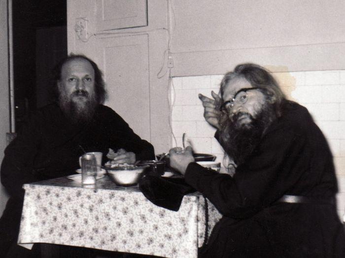 Епископ Мельбурнский Антоний (Медведев) и архиепископ Западно-Американский и Сан-Францисский Иоанн (Максимович) на кухне дома св. Тихона Задонского в Сан-Франциско