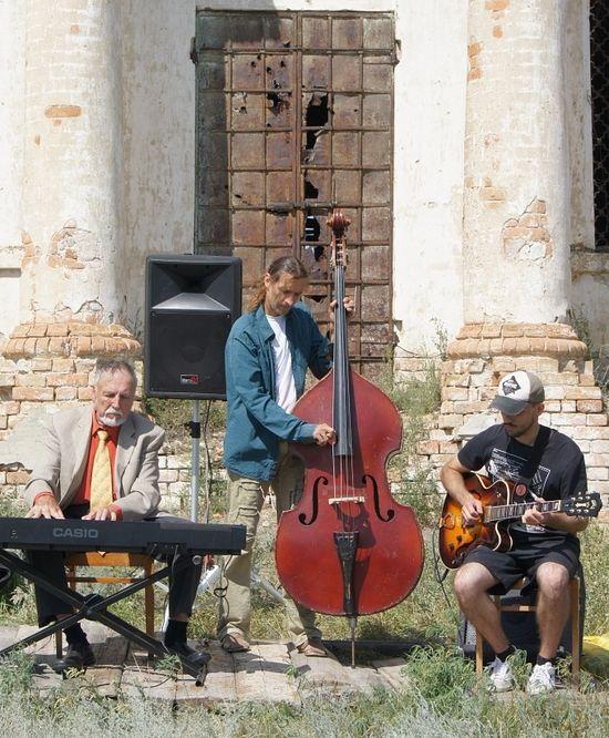 Музыканты у храма в Ахмате